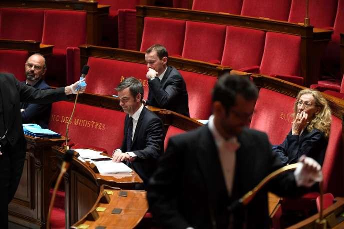 De gauche à droite, le premier ministre Edouard Philippe, le ministre des solidarités et de la santé Olivier Véran,le secrétaire d'Etat à la fonction publique Olivier Dussopt et la ministre de la justice Nicole Belloubet, lors des questions au gouvernement à l'Assemblée nationale, àParis, le 7 avril.