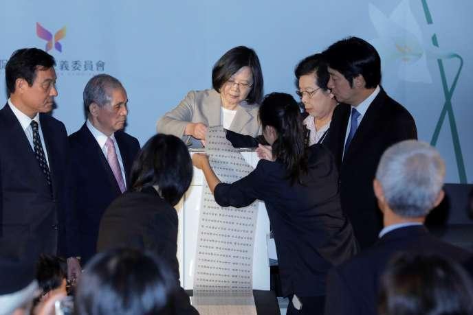 La présidente taïwanaise, Tsai Ing-wen, consulte une liste de victimes de l'ère Tchang Kaï-chek, à Taipei, le 5 octobre 2018.