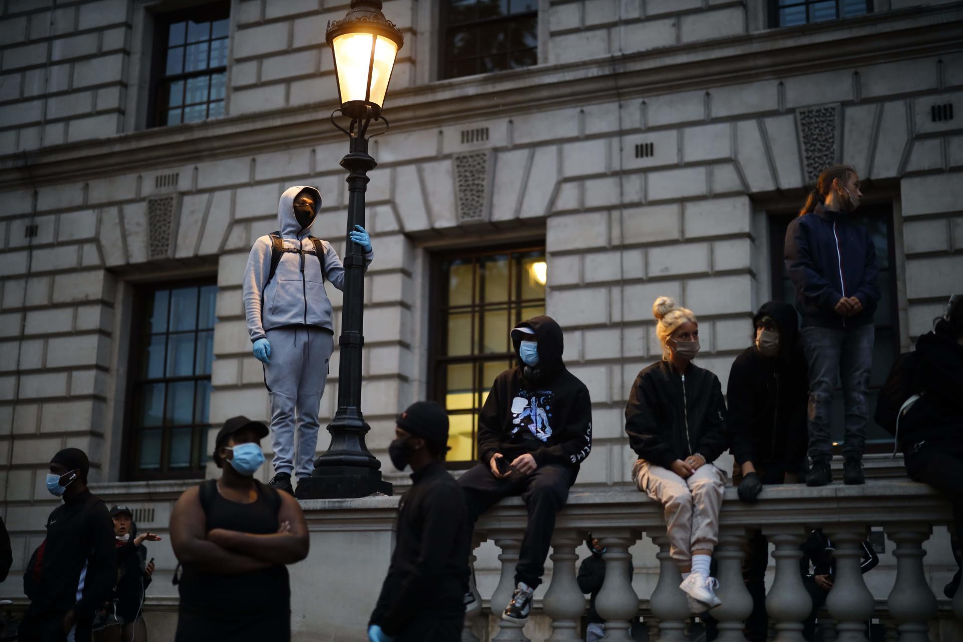 Des manifestants anglais ont protesté contre les violences policières et le racisme debout sur les murs de Parliament Square,à Londres, le 3 juin.