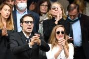 Nicolas et Victoria Bedos, deux des enfants de l'humoriste Guy Bedos, devant l'église Saint-Germain-des-Prés, à Paris, le 4 juin 2020.