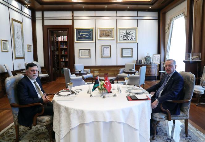 Le président turc, Recep TayyipErdogan, etle chef du gouvernement libyen d'accord national(GAN)FaïezSarraj, lors de leur rencontre à Ankara, le 4 juin.