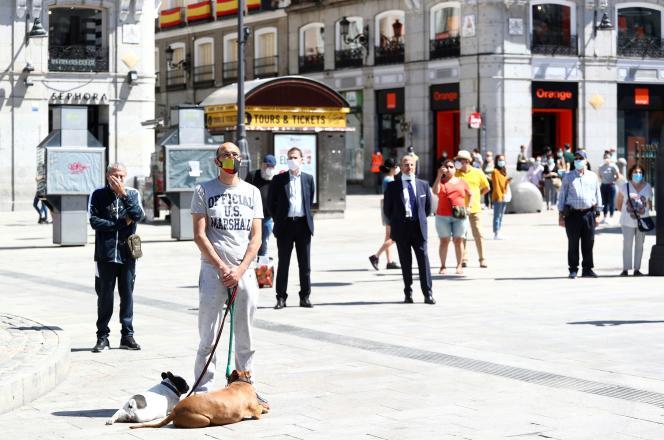 Rassemblement sur la place Puerta del Sol, à Madrid, pour observer une minute de silence lors de la dernière journée du deuil officiel de dix jours en hommage aux personnes mortes du Covid-19, vendredi 5 juin 2020, en Espagne.