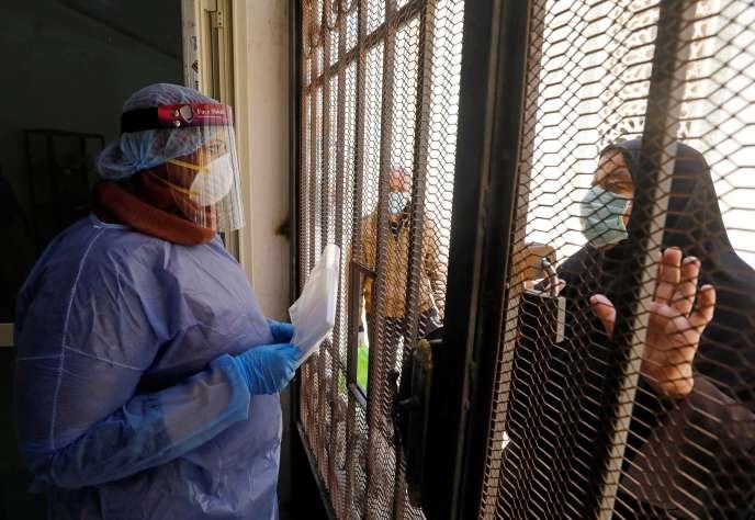 Les victimes du Covid-19 peuvent venir chercher leur traitement, gratuitement fourni par le ministère de la santé, au Caire (Egypte), le 3 juin.