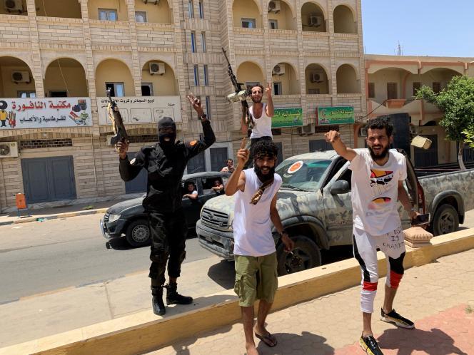Des combattants des forces loyales au gouvernement d'accord national, après la reprise de Tarhuna, en Libye, le 5 juin 2020.