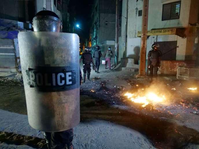 La police anti-émeutes sécurise le périmètre lors d'une manifestation contre les mesures de restriction liées au Covid-19, à Dakar, le 4 juin.
