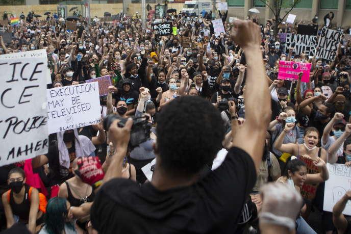Une manifestation contre les violences policières envers les Noirs, à Toronto, le5juin2020.