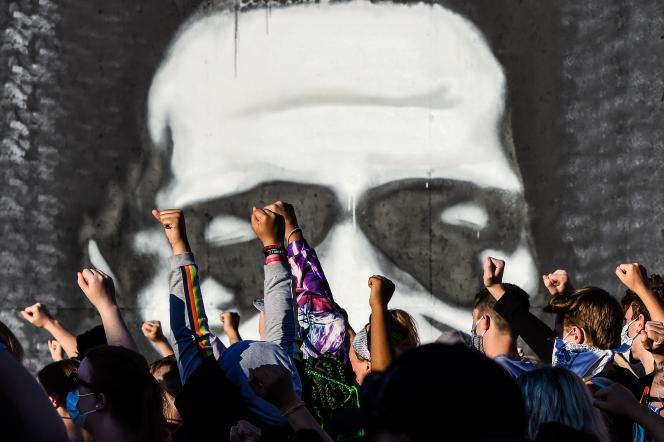 Des manifestants brandissent leurs poings devant un portrait en honneur de George Floyd, le 4 juin, 2020 à Minneapolis, Minnesota, Etats-Unis.