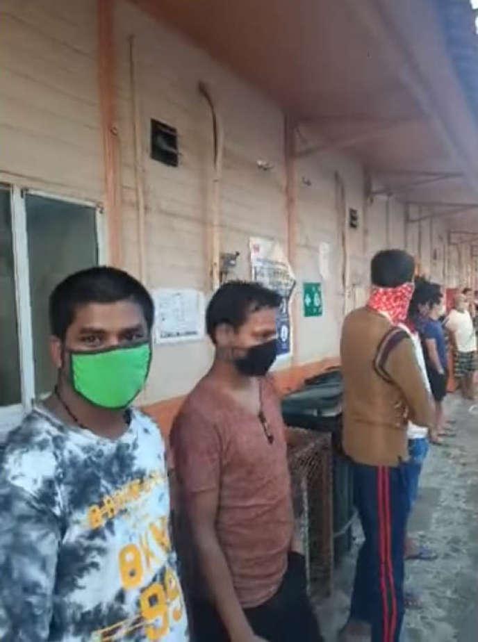 Captures écran d'une vidéo postée en mai par un employé d'Altrad montrant des travailleurs migrants rassemblés dans un camp en bordure d'Abou Dhabi.
