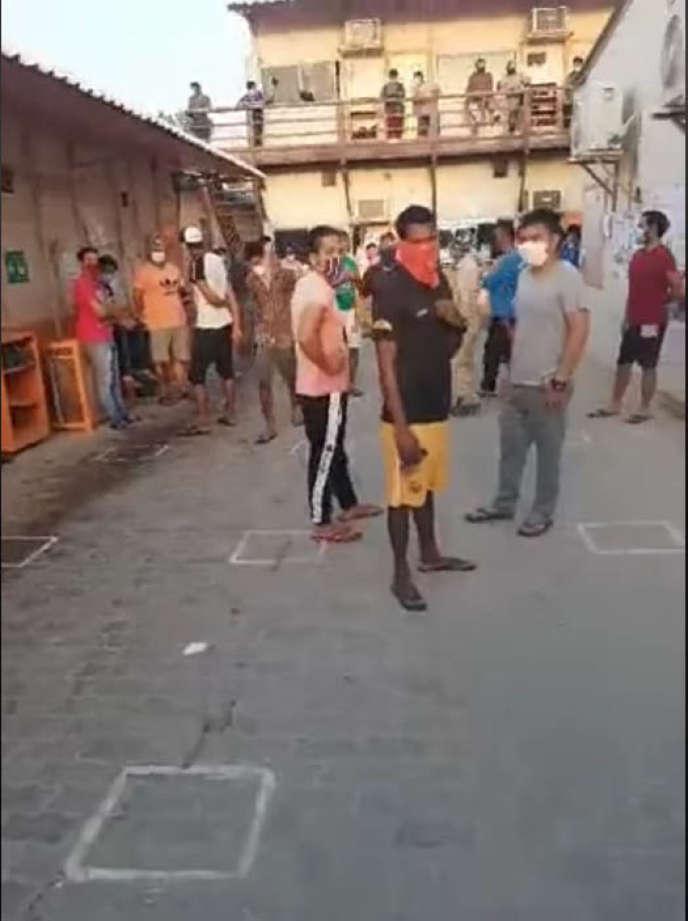 Capture écran d'une vidéo postée en mai par un employé d'Altrad montrant des travailleurs migrants rassemblés dans un camp en bordure d'Abou Dhabi.