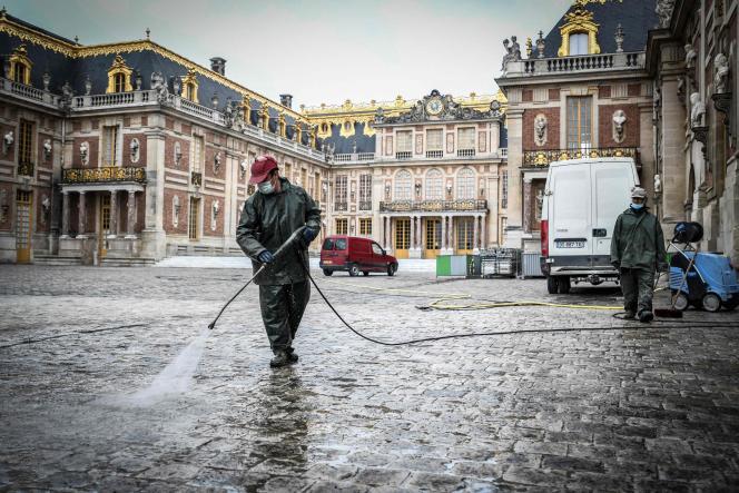 Nettoyage de la Cour d'honneur du château de Versailles, le 5 juin 2020, à la veille de sa réouverture après quatre-vingt-deux jours de fermeture en raison de l'épidémie de Covid-19.