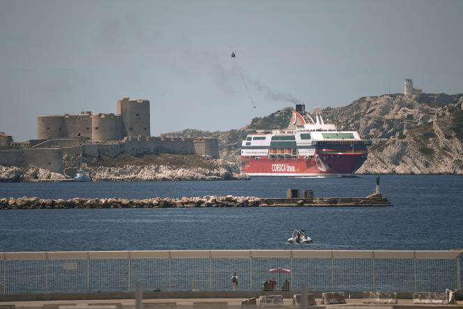 Un ferry de la compagnie française Corsica Linea arrive dans le port de Marseille, après une traversée depuis Alger, le 2 juin 2020.