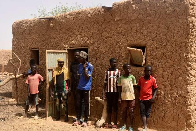 Des habitants du village de Zibane-Koira Zéno, au Niger, le 12mai 2020, quatre jours après une attaque terroriste meurtrière.