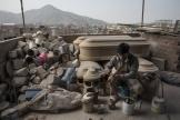 Un artisan prépare des cercueils spécialement conçus pour les morts du Covid-19, à Lima, au Pérou, le 4 juin.