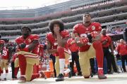 Les 49ers de San Francisco Eli Harold, Colin Kaepernick et Eric Reid agenouilléspendant l'hymne américain, à Santa Clara, le 2 octobre 2016.