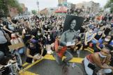 Un manifestant brandit une photographie de Breonna Taylor, lors d'un rassemblement à Brooklyn (New York), vendredi 5 juin.