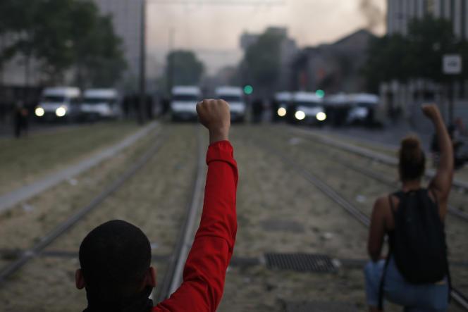 Manifestation contre les violences policières en hommage à Adama Traoré, aux abords du tribunal de grande instance de Paris, le 2 juin.