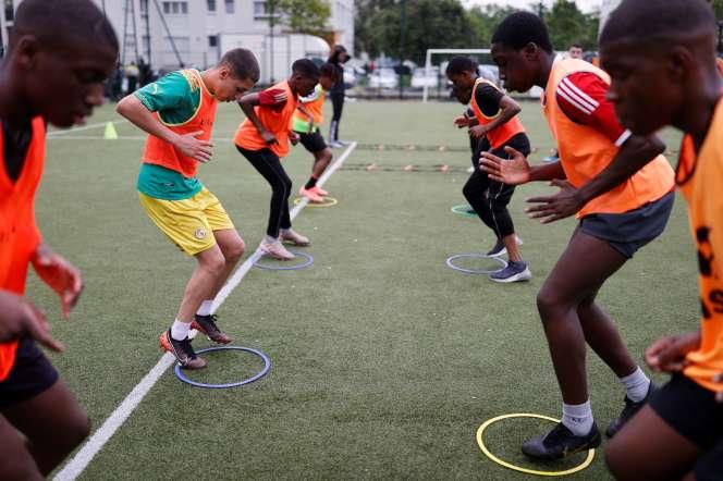 Un entraînement organisé pour des jeunes issus de milieux défavorisés en respectant la distanciation physique, en banlieue parisienne, le 22 mai.