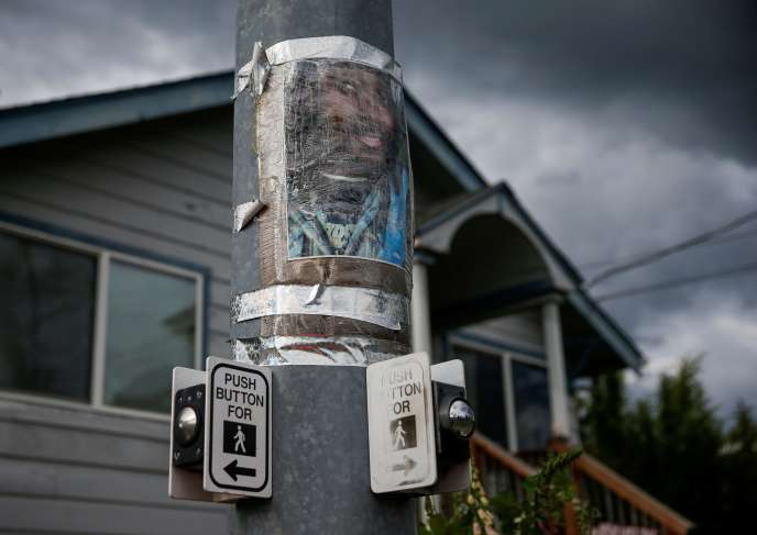 Un portrait de Manuel Ellis collé sur un poteau, après un rassemblement à sa mémoire, à Tacoma, le 5 juin 2020.