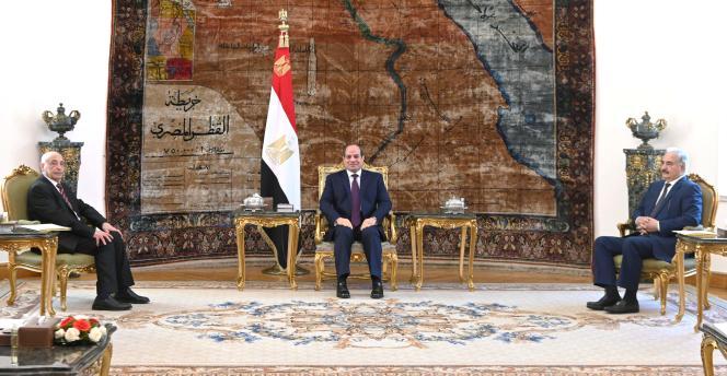 Ce cliché, distribué par la présidence égyptienne le 6 juin, montre le président égyptien, Abdel Fattah Al-Sisi, rencontrant le commandant libyen Khalifa Haftar (à droite) et le président du Parlement libyen, Aguila Saleh, au Caire.