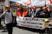 Des salariés de l'usine Renault de Choisy-le-Roi, manifestent contre le plan d'économie du constructeur automobile, le 6 juin 2020.