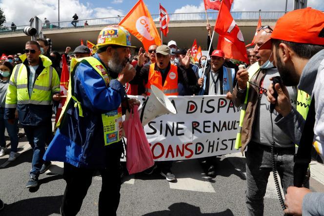 Des salariés de l'usine Renault de Choisy-le-Roi manifestent contre le plan d'économie du constructeur automobile, le 6 juin 2020.