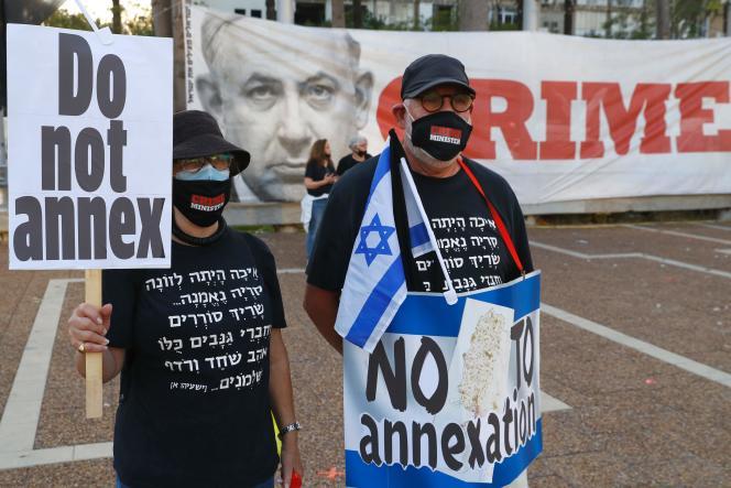 Des manifestants sur la place Rabin de Tel-Aviv, le 6 juin, dénoncent le projet d'annexion par Israël de certaines parties de la Cisjordanie occupée.