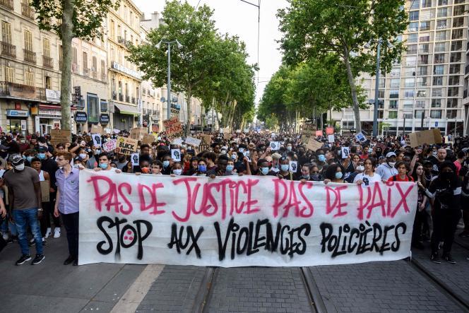 Des milliers de personnes défilent pour dénoncer les violences policières, à Marseille, le 6 juin.