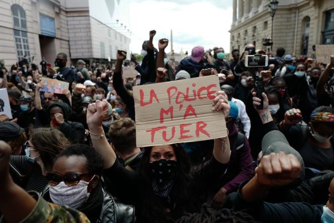Lors de la manifestation parisienne contre les violences policières et le racisme, le 6 juin, Place de la Concorde.