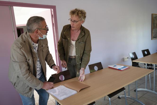 Marie Cau et son premier adjoint, Serge Commin, préparent le conseil municipal, à Tilloy-lez-Marchiennes, le 6 juin.