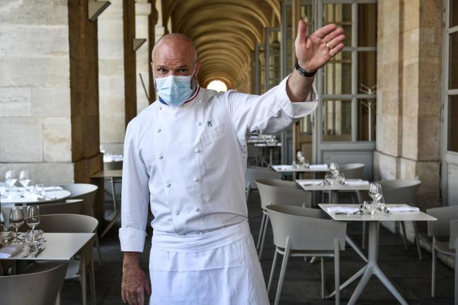 Le chef Philippe Etchebest, quelques minutes avant d'accueillir ses premiers clients au restaurant «Le Quatrième Mur», à Bordeaux, le 2 juin.