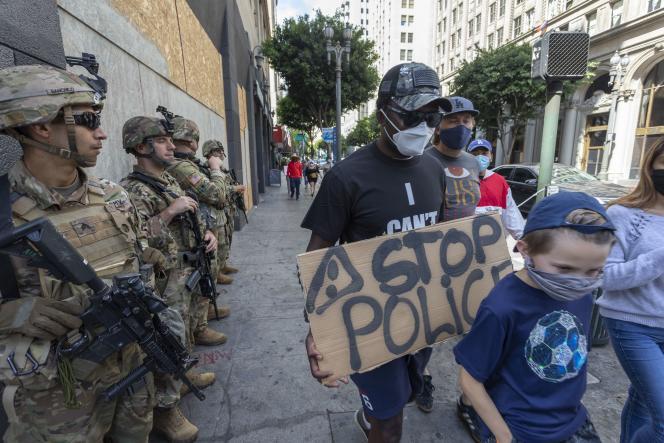 Le 6 juin à Los Angeles, des réservistes de la garde nationale surveillent des manifestants.
