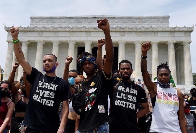 Des manifestants lèvent leur poing devant le Lincoln Memorial lors de la manifestation contre la brutalité policière et le racisme, le 6 juin 2020 à Washington, D.C. (Etats-Unis).