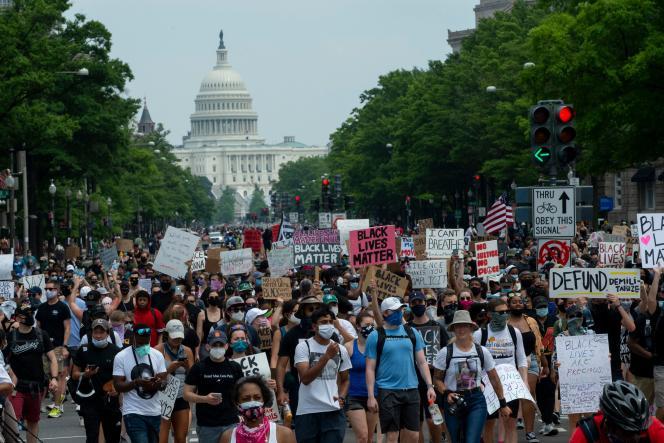 Une foule de manifestants marche sur le Capitole de Washington, pour dénoncer le racisme et les violences policières, le 6 juin.