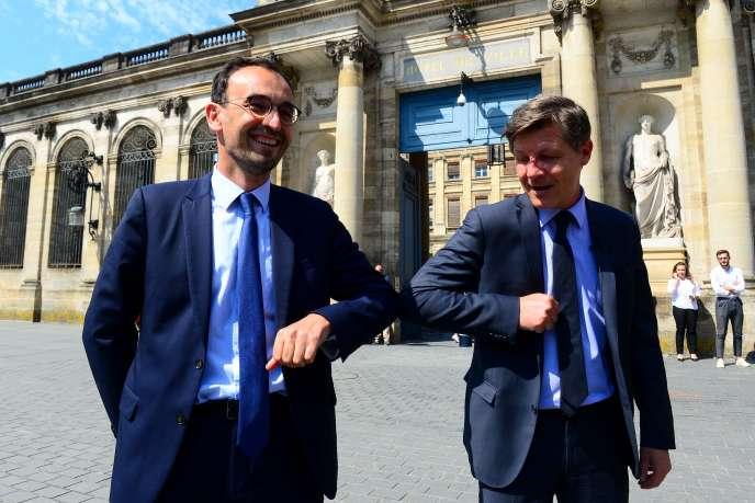 Le candidat LREM aux élections municipales de Bordeaux Thomas Cazenave et le maire sortant LR annoncent une alliance, à Bordeaux, le 6 juin.