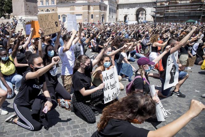 Les gens s'agenouillent en demandant justice pour George Floyd, mort le 25 mai aux Etats-Unis, sur la place Piazza del Popolo à Rome, le 7 juin 2020.