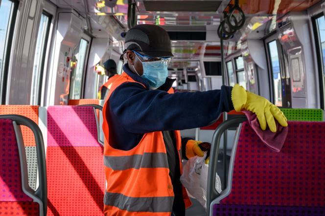 Un agent d'entretien désinfecte un train au centre de maintenance de Noisy-le-Sec (Seine-Saint-Denis), le 7 mai.
