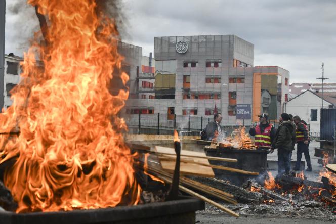Des employés de General Electric (GE) manifestent devant l'entrée principale du site de l'entreprise à Belfort, le 19 octobre 2019.