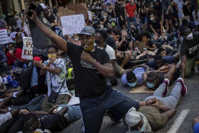 Des manifestants se rassemblent devant l'ambassade américaine à Madrid, en Espagne, dimanche 7 juin 2020, lors d'une manifestation de soutien aux victimes d'injustice raciale.