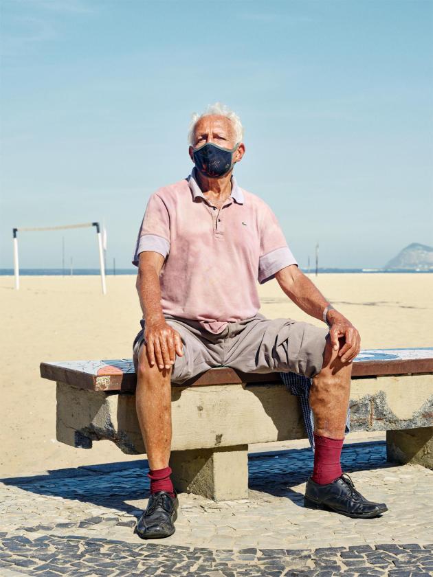 Tony, ici le 29 mai, s'installe tous les jours aux heures chaudes sur « son » banc de la plage. À Copacabana, un habitant sur trois a plus de 60ans.