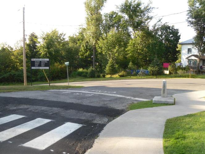 La frontière entre Canada et Etats-Unis (Derby Line, Vermont - Stanstead, Québec).