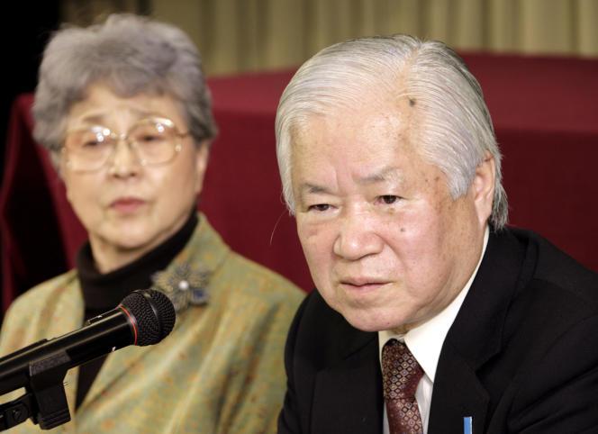 Shigeru Yokota et Sakie Yokota, les parents de Megumi, Japonaise enlevée par la Corée du Nord quand elle avait 13 ans, lors d'une conférence de presse en décembre 2007.