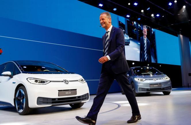 Herbert Diess, patron de Volkswagen devant les modèles électriques ID3 en pré-production à Francfort, en septembre 2019.