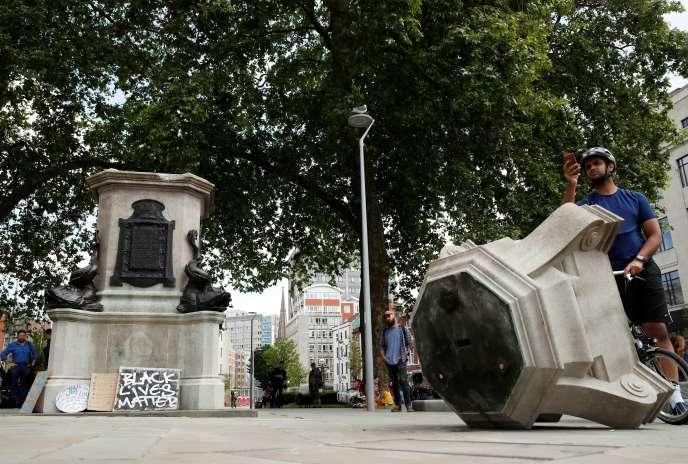 A Bristol, le 8 juin 2020, où une statue du marchand d'esclaves Edward Colston a été déboulonnée avant d'être jetée dans l'eau.