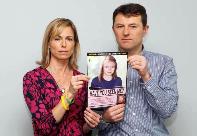 Kate et Gerry McCann posent avec une image générée par ordinateur montrant à quoi pourrait ressembler leur fille Madeleine, à Londres le 2 mai 2012.