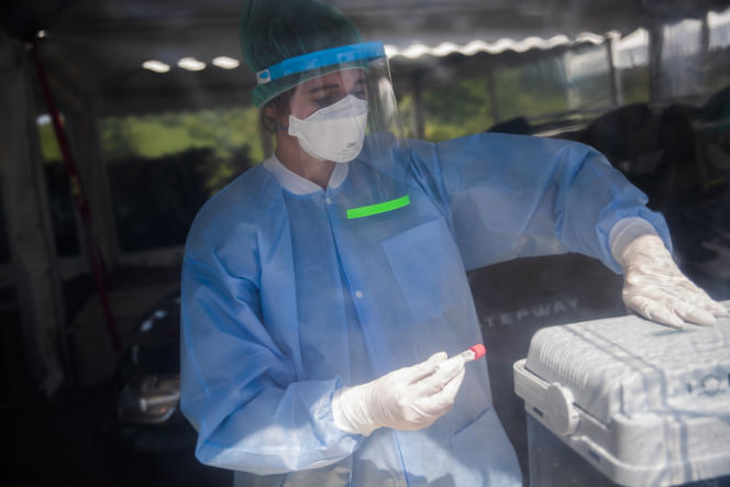 Un membre du personnel médical travaille avec des échantillons dans une station drive-in du Covid-19, à Luxembourg, le 27 mai.