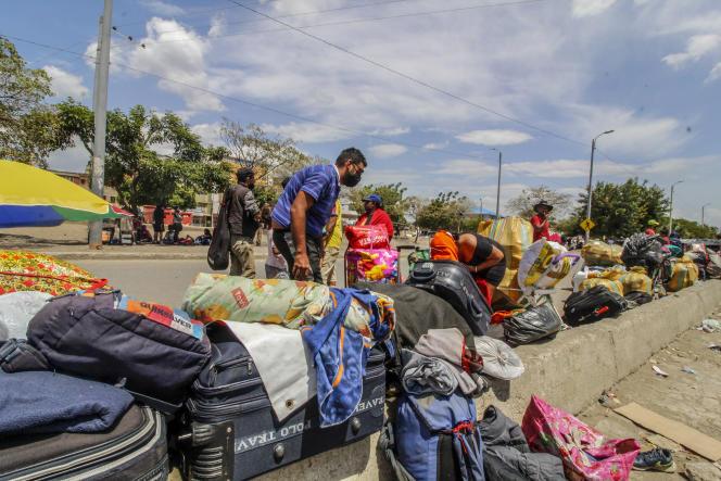 Des Vénézuéliens tentent de rentrer dans leur pays, en pleine pandémie de Covid-19, près du pont Simon-Bolivar à Cucuta, en Colombie, le 4 juin.