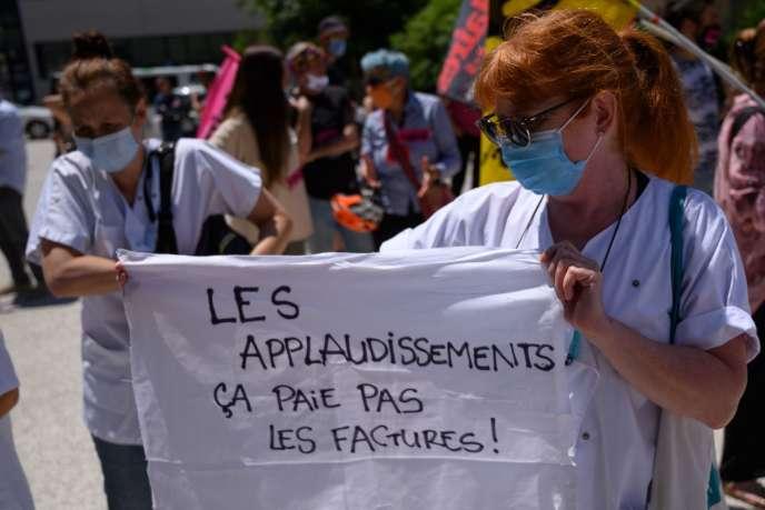 Manifestation de personnels soignant devant l'hôpital de la Timone à Marseille, le 26 mai.