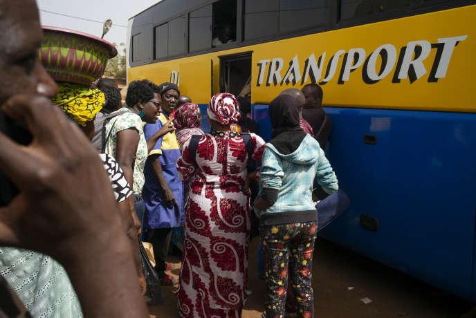Marie M. à Bamako veut prendre un bus pour rejoindre sa présumée ville natale, Ségou, à 240 kilomètres. La plaignante, adoptée par des Français il y plus de trente ans, est retournée au Mali en janvier 2020 pour retrouver la trace de sa famille naturelle.
