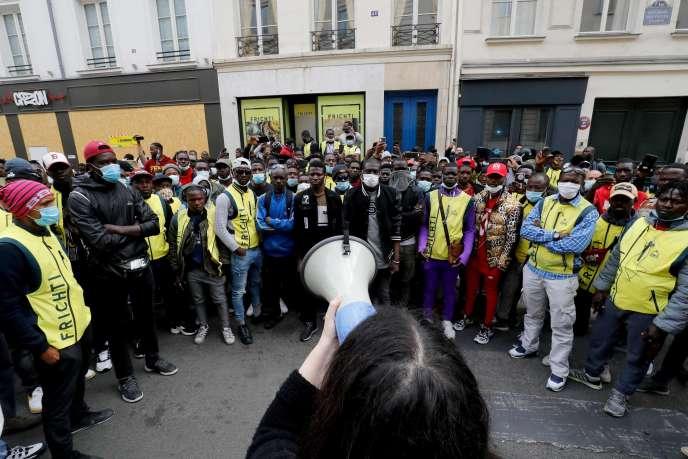 Des livreurs Frichti manifestentpour demander la régularisation de leur situation et la reprise de leur travail,à Paris, le 8 juin.