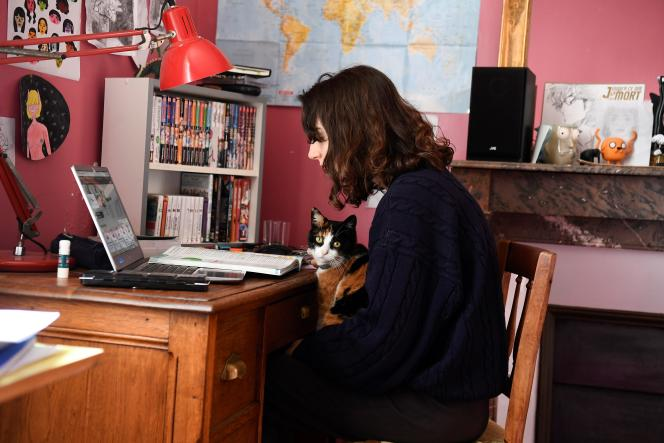 Une lycéenne lors d'un contrôle en ligne, chez elle à Chisseaux (Indre-et-Loire), le 27 mars 2020.
